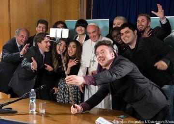 El selfi del papa Francisco con los 'youtubers'