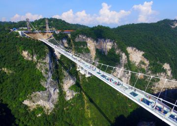 China inaugura ponte de vidro mais alta e longa do mundo
