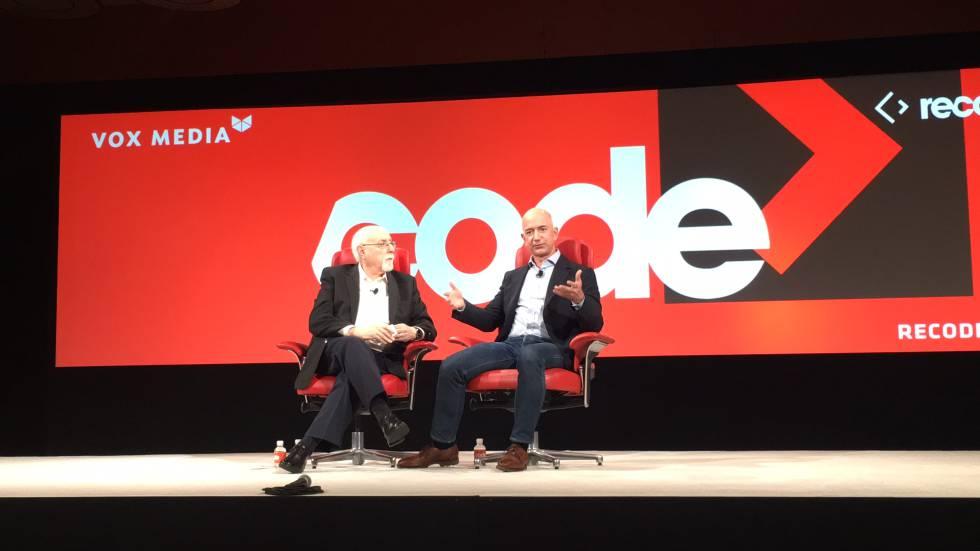 Jeff Bezos (a la derecha), durante su charla con Walter Mossberg, fundador de Recode.