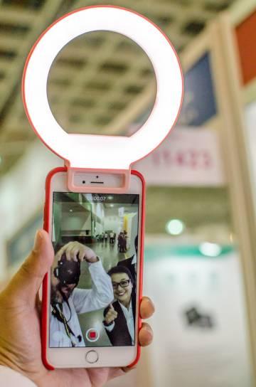 Flash para selfis de la marca taiwnesa SunPower.