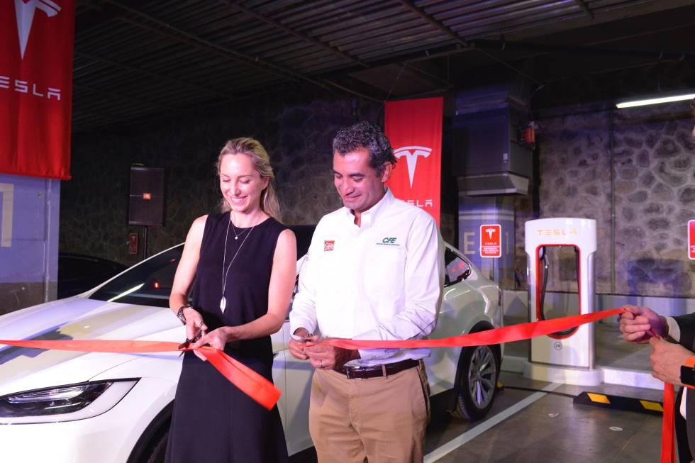 Momento en que se inaugura el cargador rápido de Tesla en Cuernavaca.