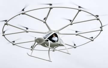 O primeiro passageiro a embarcar em um carro voador, o Volocopter, que funciona de modo semelhante a um grande drone.