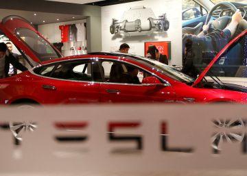 Piratas chinos maniobran por control remoto un coche Tesla sin conductor
