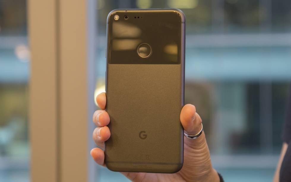 Trasera con G de Google y sensor de huellas.