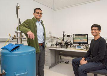 El profesor Ali Javey y el graduado Sujay Desai en el Berkeley Lab junto a sus instrumentos para el análisis de los transistores de 1 nm.