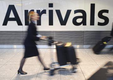 Pasajeros llegan al aeropuerto de Heathrow en Londres, Reino Unido.