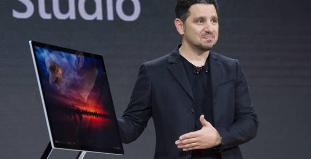 Panos Panay en la presentación del Surface Studio
