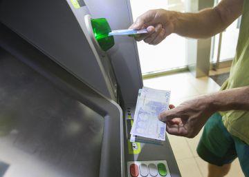 Un grupo de 'hackers' ataca cajeros para que expulsen billetes de forma remota