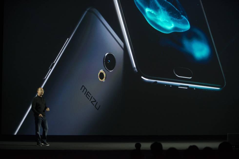 El vicepresidente de Meizu, Bai Yongxiang, presenta el PRO6 Plus.