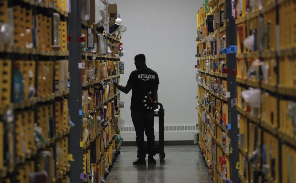 Un trabajador de Amazon prepara el pedido de un cliente.