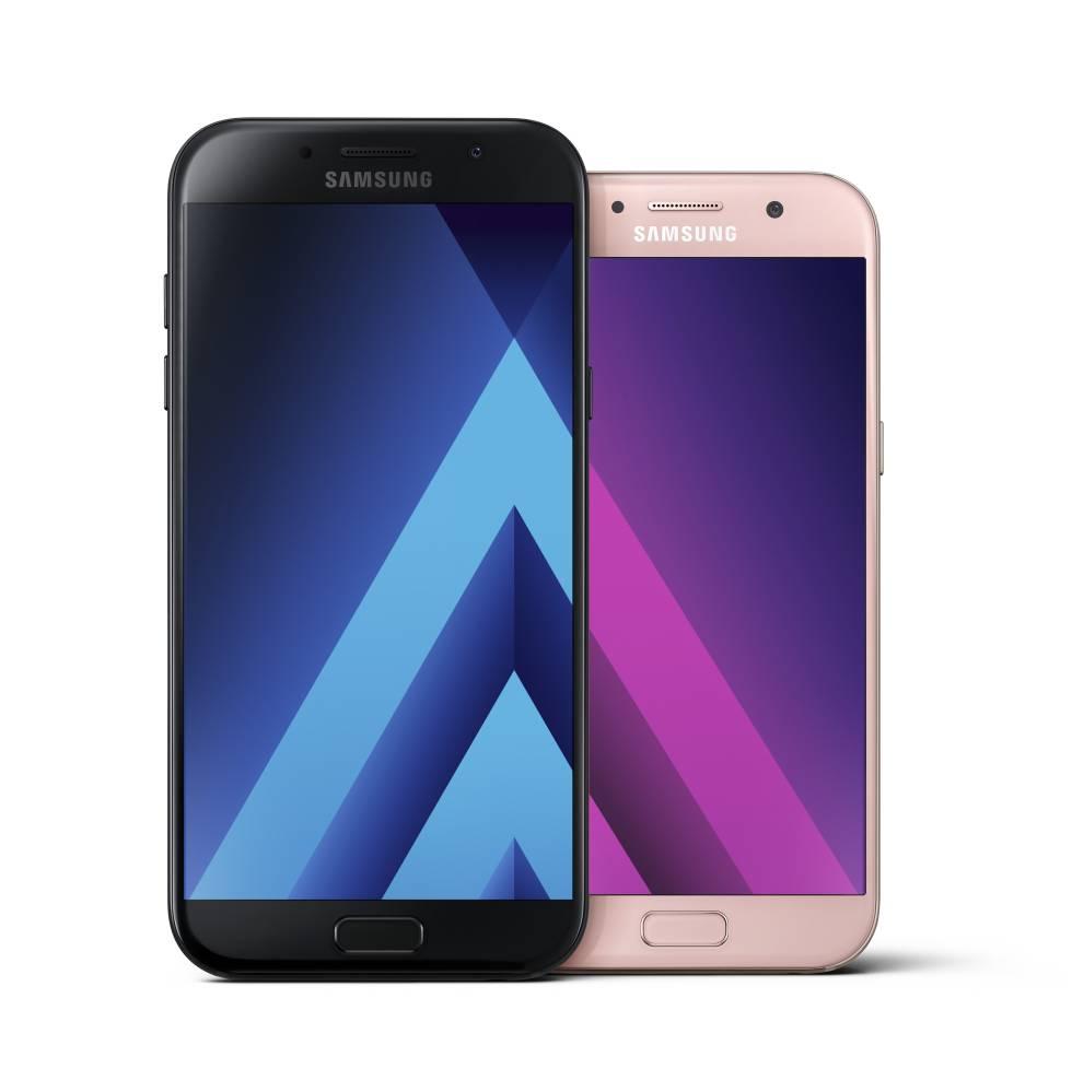 Los nuevos Galaxy A7 (negro) y Galaxy A5.