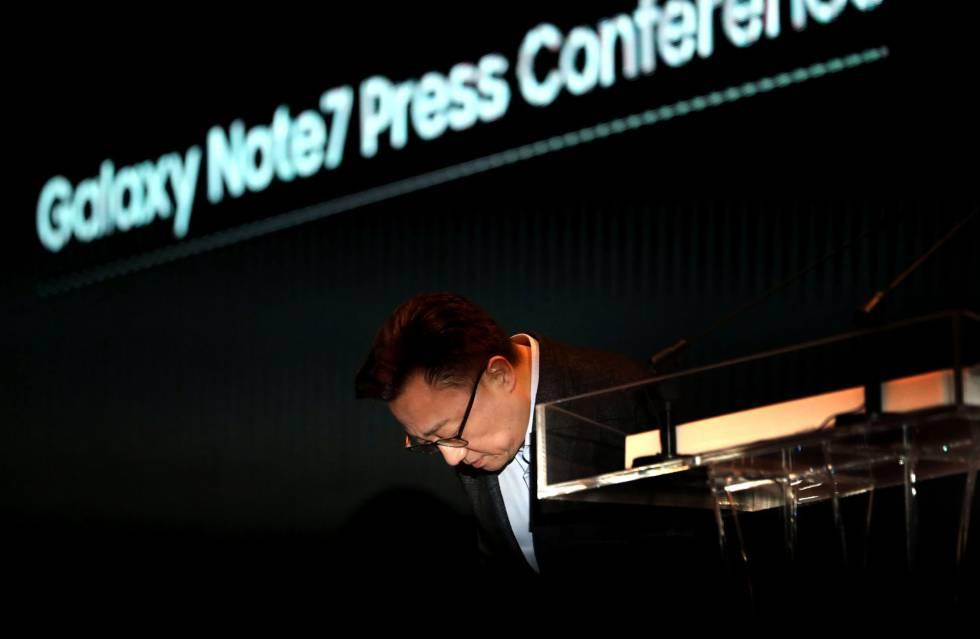 Koh Dong-Jin, presidente de Samsung Electronics Mobile, da explicaciones sobre el fallo del Note 7 en la conferencia de prensa celebrada en Seúl.