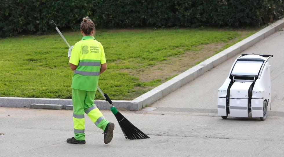Uno de los carritos de limpieza robotizados en un parque de Barcelona.