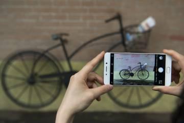 Una persona haz una foto a una bici con el OPPO R9.