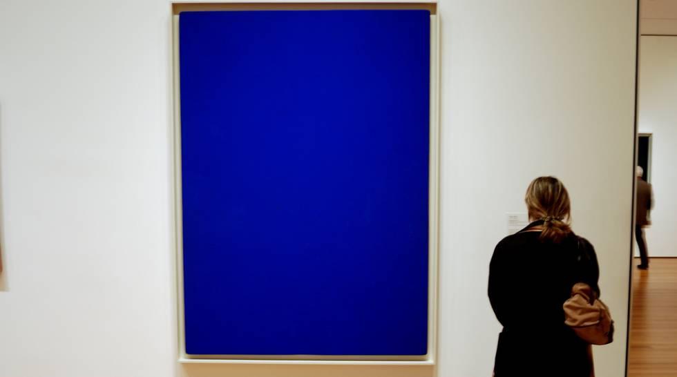 Una mujer contempla 'Blue Monochrome', de Yves Klein.