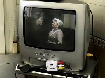 Con el pequeño conector y un aparato de estilo del Chromecast o el Apple TV, se pueden ver en la vieja tele las series de Netflix (en la imagen, una capítulo de'Downton Abbey'), HBO o Yomvi.