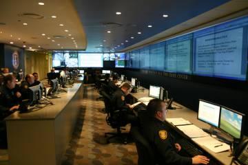 En función de las predicciones la policía distribuye las patrullas como medida disuasoria para evitar los delitos.