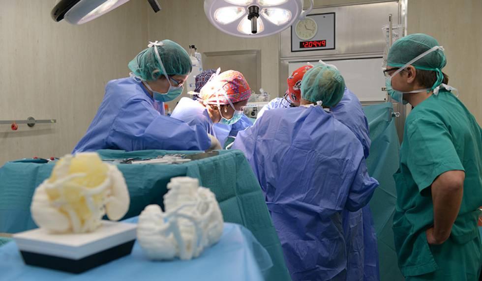 Momento de la intervención a Marc, el primer paciente del que se imprimió su tumor en 3D para ensayar la extracción. La maqueta 3D con el material que simula el tumor, en primer plano.