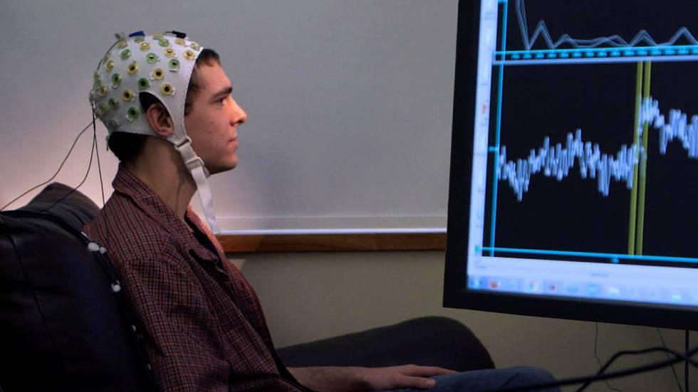 Una interfaz no invasiva entre cerebro y ordenador que utiliza el registro electroencefalográfico del cuero cabelludo, en el Centro de Ingeniería Neural Sensoriomotriz (CSNE).