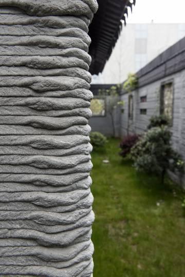 Detalle de la estructura de cemento de las paredes. La impresora crea una estructura interior en zig-zag para facilitar la inyección del material aislante que aumenta considerablemente la eficiencia energética de los edificios.