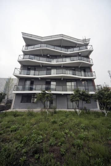 El edificio de cinco plantas que Winsun construyó el año pasado -con una extra como sótano- es el más alto construido en el mundo con técnicas de impresión en 3D y pronto se utilizará en dos urbanizaciones de Shanghái.
