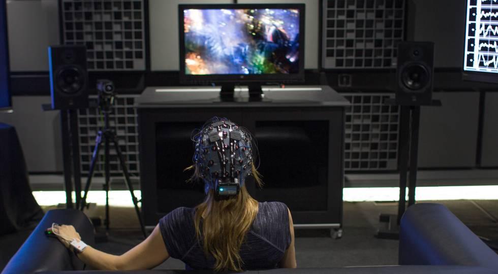 Un casco con 60 sensores mide la sensación que causa el contenido.