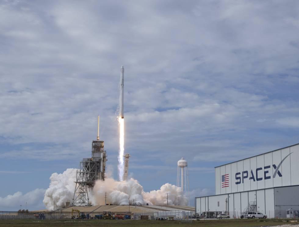 El cohete de SpaceX Falcon 9, con la cápsula Dragon lanzada ayer.
