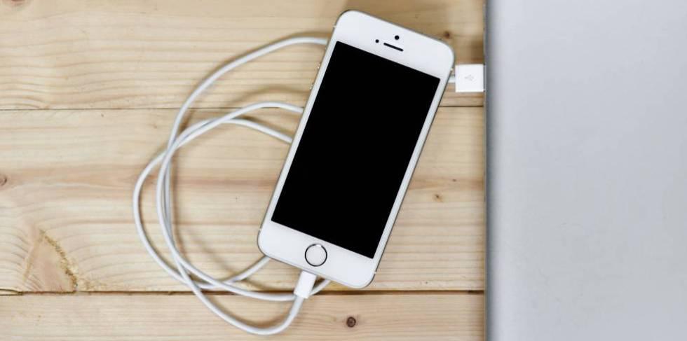 Los cargadores USB públicos pueden robar información o infectar el móvil con 'malware'.