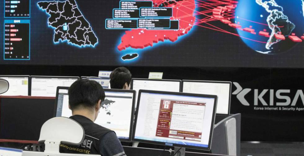 Trabajadores informáticos intentan resolver los problemas de un ciberataque.