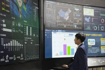 Un empleado de China Mobile hace una demostración del 'big data' de la empresa.