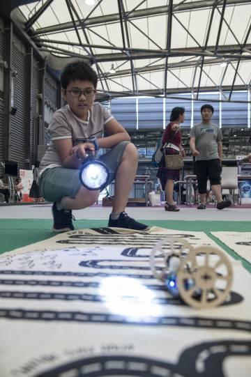 Un niño se divierte con el robot dirigido por la luz que ha montado en Toky Labs.