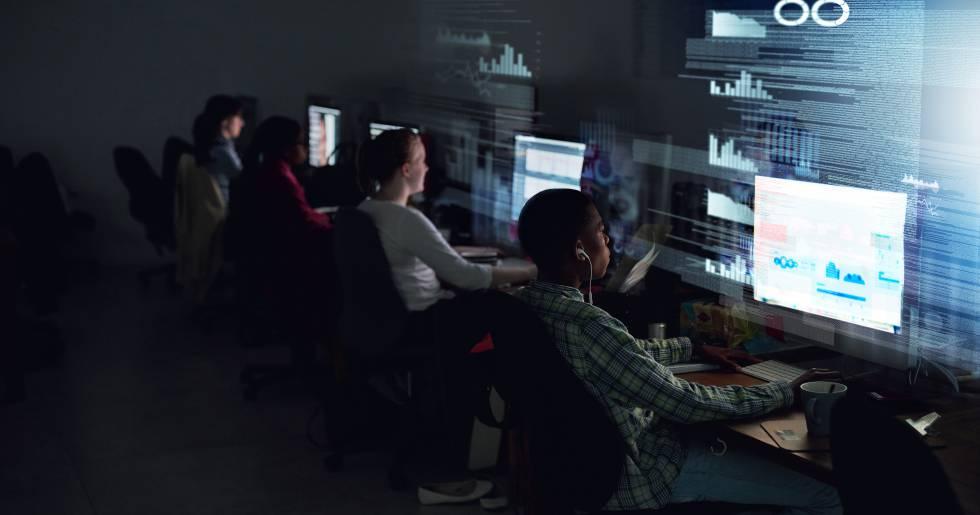 Grupo de programadores escribiendo código durante la noche.