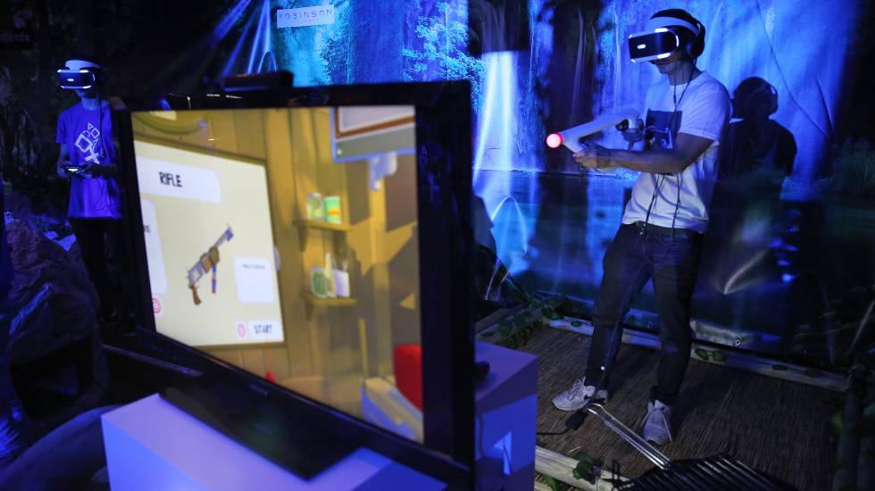 Dos asistentes testean los videojuegos en realidad virtual de Playstation VR Resort.