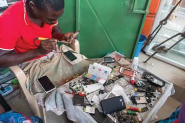Un puesto de reparación electrónica en una calla de Accra, la capital de Ghana.