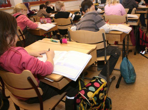 Alumnos de segundo año en clase de caligrafía simplificada del colegio de Itäkeskus en Helsinki