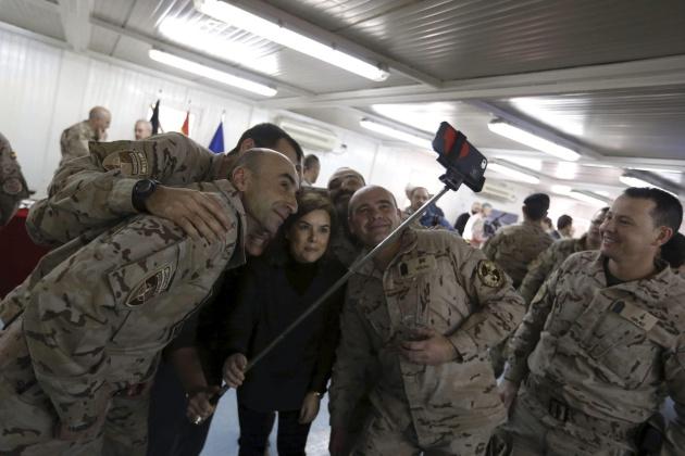 La vicepresidenta del Gobierno, Soraya Sáenz de Santamaría, se hace un autoretrato con varios militares de la base de Herat.