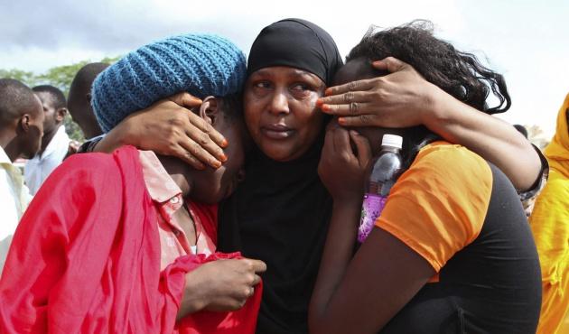 Estudiantes rescatadas en el campamento militar de Garissa, un día después del ataque perpetrado contra la Universidad de Garissa (Kenia)