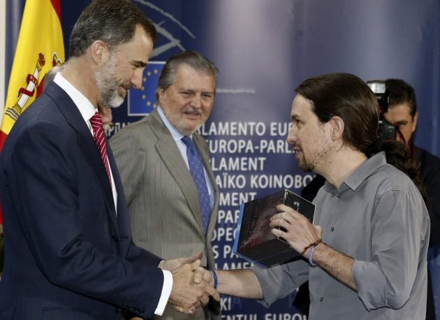 El líder de Podemos, Pablo Iglesias, saluda al rey Felipe VI y le entrega la serie 'Juego de Tronos'