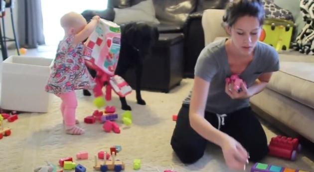 Una madre intenta ordenar el salón con la excasa colaboración de su hija