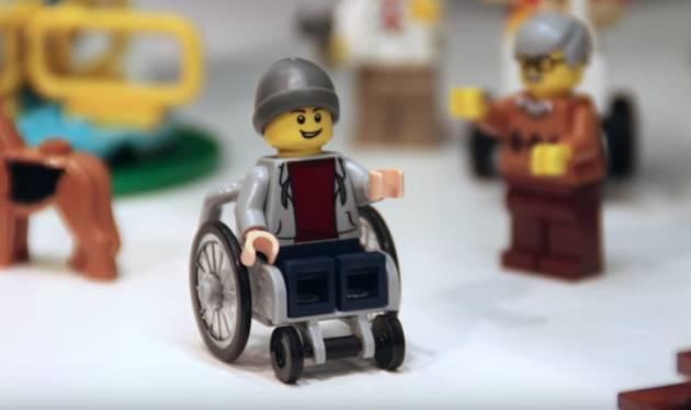 El niño en silla de ruedas que forma parte de la propuesta LEGO City para 2016