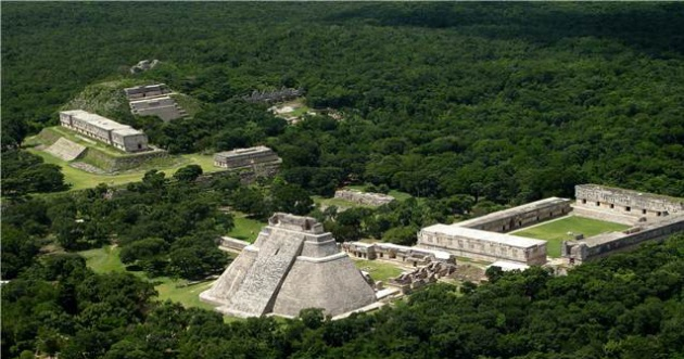 Vista aérea de la zona arqueológica de Uxmal en Yucatán, México.