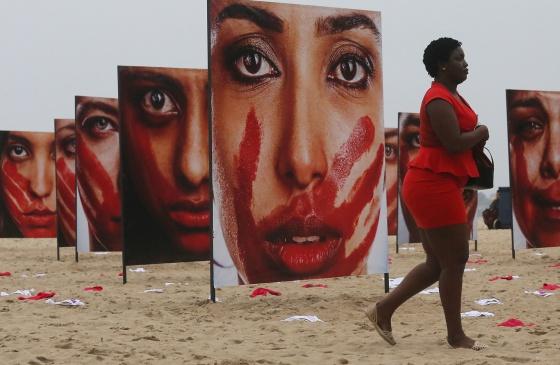 Copacabana exhibe el dolor de las mujeres violadas en Brasil