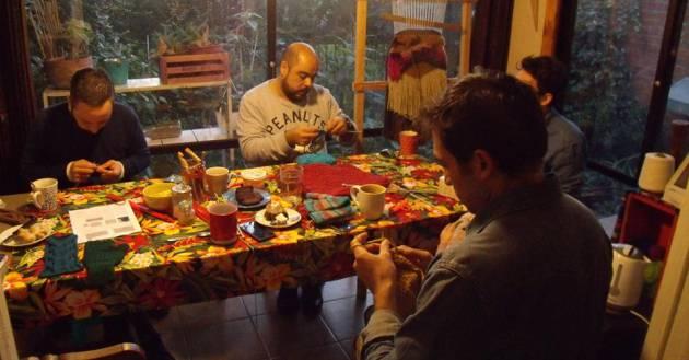 Uno de los talleres de Hombres Tejedores en Chile. Cortesía Hombres Tejedores, Facebook