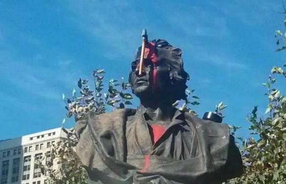 A estátua de Colombo em Detroit se deu mal no ano passado.