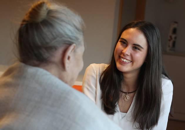 Rocío, con una paciente del Centro Laguna