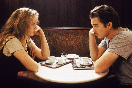 Ethan Hawke e Julie Delpy fazendo networking em 'Antes do Amanhecer'.