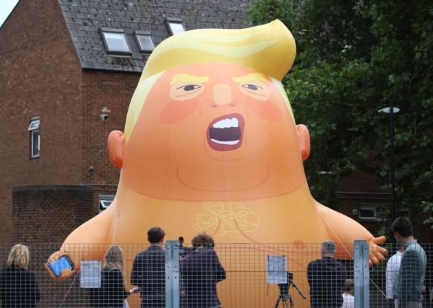 Miles de escoceses protestan contra la visita de Donald Trump