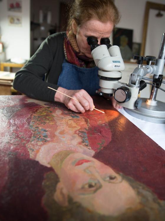 Restauração de um quadro de Adriana Pincherle.