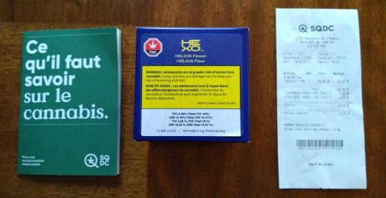 """Folheto informativo (""""O que é preciso saber sobre a cânabis""""), a caixa com o produto e a nota fiscal"""