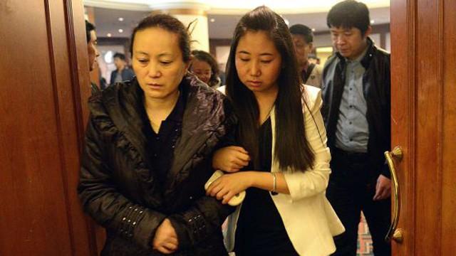 Familiares aguardam notícias no aeroporto. / GOH CHAI HIN (AFP)